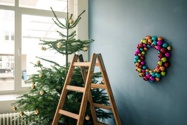 Christmas tree, Christmas wreath and ladder in a loft:スマホ壁紙(壁紙.com)