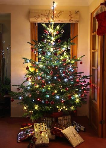 Christmas Cracker「Christmas tree at night, decorated with lights & balls.」:スマホ壁紙(0)