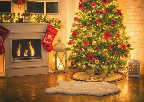 2018「Christmas Tree Near Fireplace at Home」:スマホ壁紙(17)