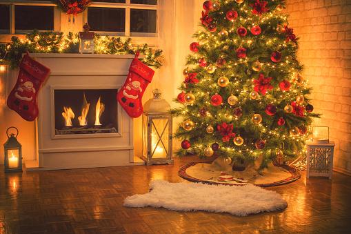 明るい色「自宅で暖炉の近くのクリスマス ツリー」:スマホ壁紙(12)
