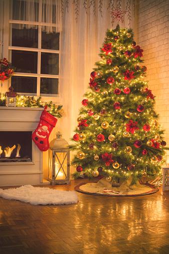 Gift「Christmas Tree Near Fireplace at Home」:スマホ壁紙(19)