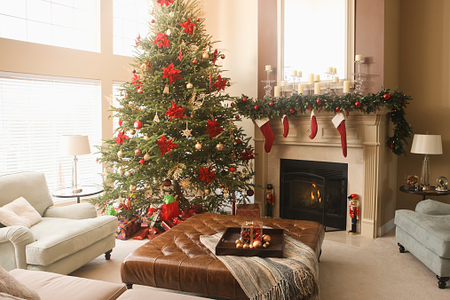 Christmas「Christmas tree and decorations in living room」:スマホ壁紙(10)