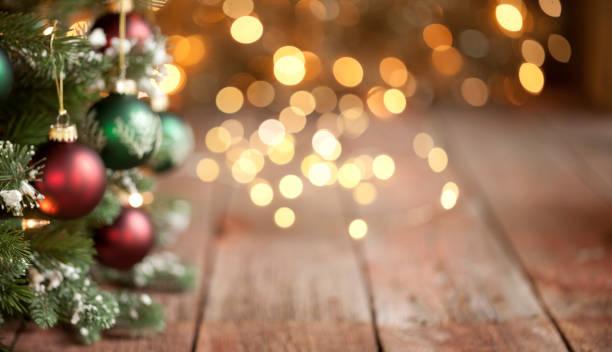 Christmas Tree Intentionally Defocused with Gold Lights Background:スマホ壁紙(壁紙.com)