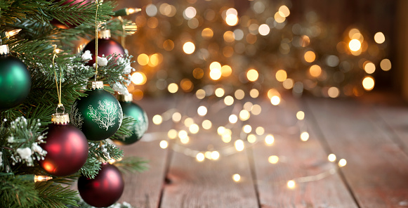 Web Banner「Christmas Tree, Red and Green Ornaments against a Defocused Lights Background」:スマホ壁紙(14)