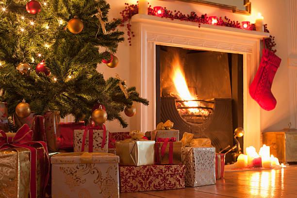 Christmas tree and stocking near fireplace:スマホ壁紙(壁紙.com)