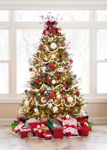 Glitter「Christmas Tree with Ornaments and Gifts against a Picture Window」:スマホ壁紙(8)