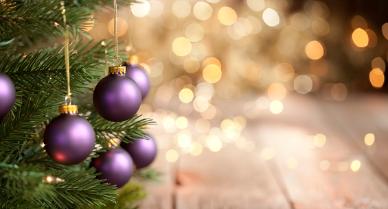 Focus On Foreground「Christmas Tree with Purple Baubles and Gold Lights Background」:スマホ壁紙(6)