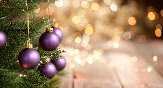 キラキラ「紫色のボーブルとゴールドライトの背景を持つクリスマスツリー」:スマホ壁紙(17)