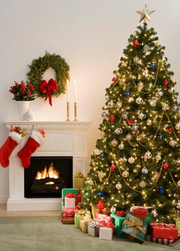 Gift「Christmas tree with presents and fireplace with stockings」:スマホ壁紙(10)