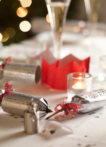 Christmas Cracker「christmas table with pulled cracker and party hat」:スマホ壁紙(11)