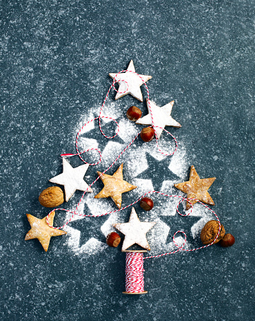 Powdered Sugar「Christmas tree made from cookies, nuts and string」:スマホ壁紙(6)