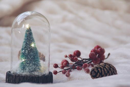 スノードーム「Christmas tree snow globe, pine cone and berries」:スマホ壁紙(18)