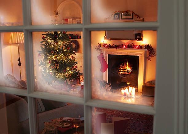 Christmas tree in living room behind window:スマホ壁紙(壁紙.com)
