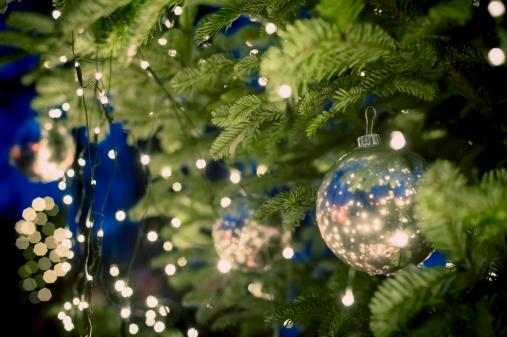 クリスマスツリー「Christmas tree with baubles and fairy lights」:スマホ壁紙(19)