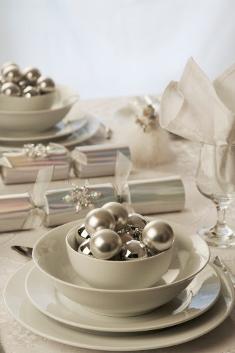 Christmas Cracker「Christmas table setting with crackers and baubles」:スマホ壁紙(17)