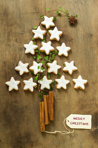 Star Anise「Christmas tree shape made of cinnamon stars and sticks on wood」:スマホ壁紙(4)