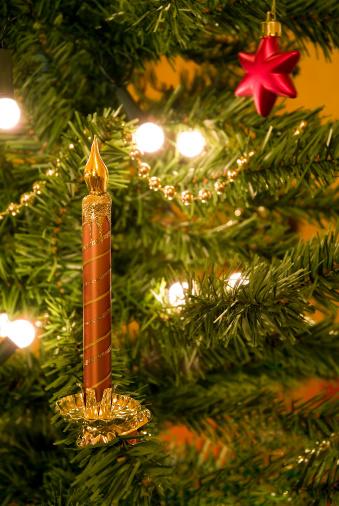 飾りつけ「クリスマスツリーの装飾とキャンドルのオーナメント」:スマホ壁紙(11)
