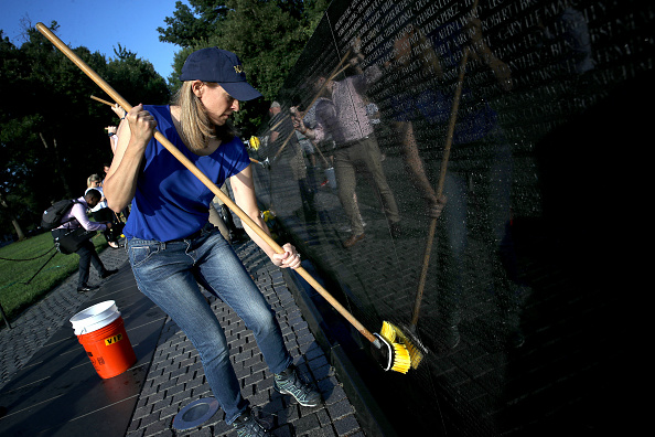 Gratitude「Bipartisan Lawmakers Wash The Vietnam War Memorial By Hand As A Show Of Respect And Gratitude」:写真・画像(11)[壁紙.com]