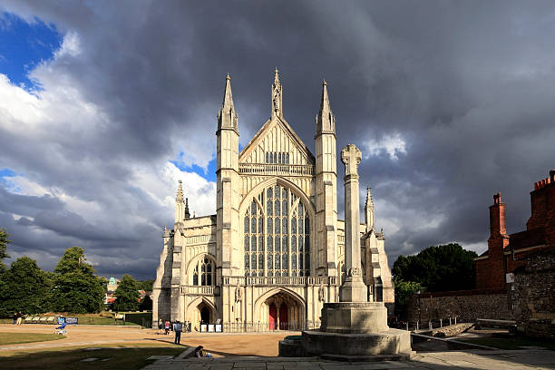 Summer view over Winchester Cathedral:スマホ壁紙(壁紙.com)