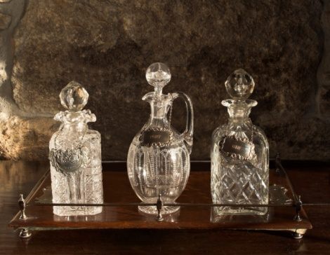 Decanter「Various Antique Glass Decanters On Wooden Tray」:スマホ壁紙(10)