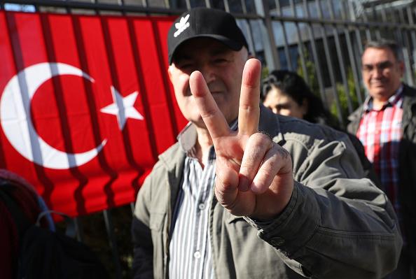 行く手「Expatriate Turks Begin Voting In Referendum」:写真・画像(16)[壁紙.com]