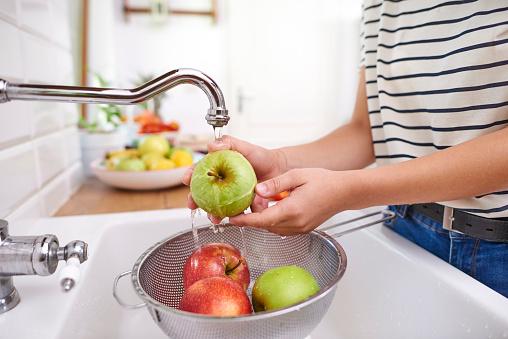 Teenager「Woman washing seasonal fresh apples. Rzeszow, Poland」:スマホ壁紙(6)