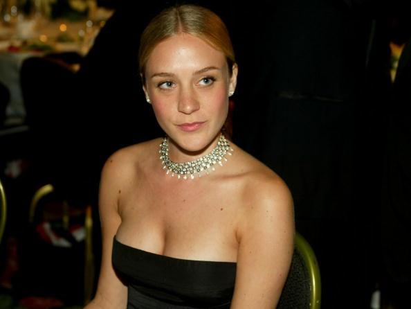 Chloe Sevigny「Actress Chloe Sevigny mingles during the cocktail party for 2003 Presentation of the 18th Annual American Cinematheque Award」:写真・画像(3)[壁紙.com]