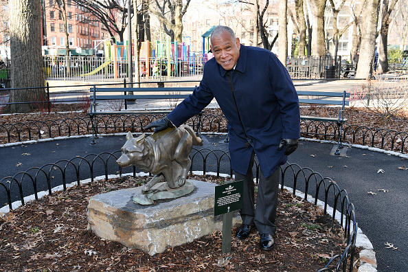 Disney「Disney+ And NYC Department Of Parks Install Plaque That Honors Bronze Statue Of The Husky Named Togo In Seward Park」:写真・画像(9)[壁紙.com]
