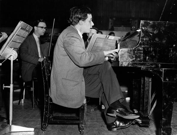 プレーする「Glenn Gould Playing」:写真・画像(2)[壁紙.com]