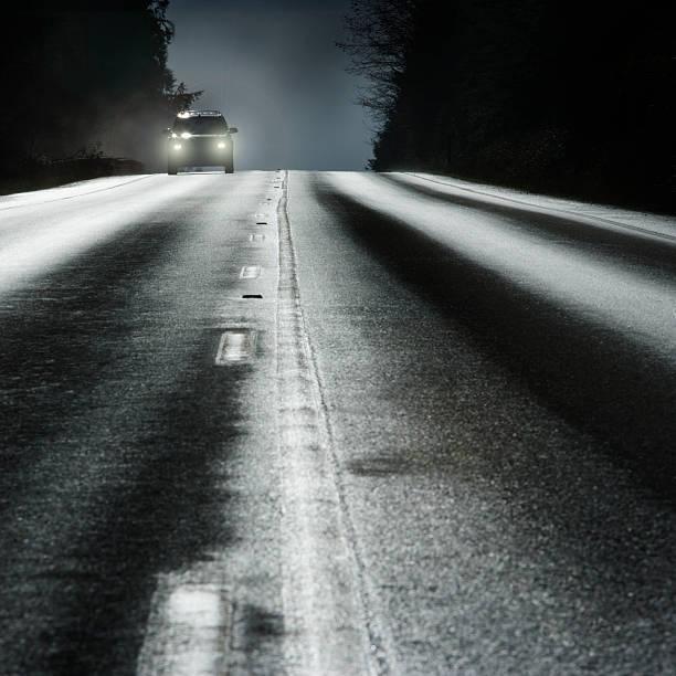 Car on road with headlights:スマホ壁紙(壁紙.com)