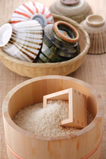 Masu「Uncooked rice in a bamboo tub and rice bowls」:スマホ壁紙(15)