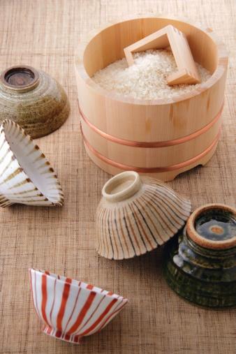 Masu「Uncooked rice in a bamboo tub and rice bowls」:スマホ壁紙(3)