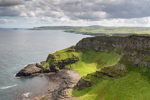 Basalt「UK, Northern Ireland, County Antrim, basalt cliffs at Causeway Coast」:スマホ壁紙(17)