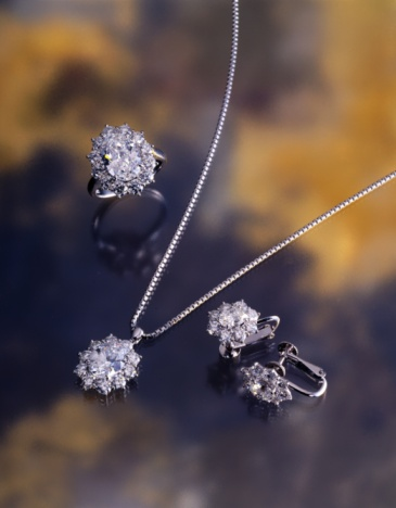 Earring「Ring, earrings, and necklace with diamonds, high angle view, In Focus, Out Focus, Differential Focus, Out Focus」:スマホ壁紙(1)