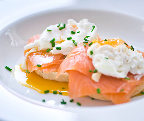 Eggs benedict with salmon and chives:スマホ壁紙(壁紙.com)