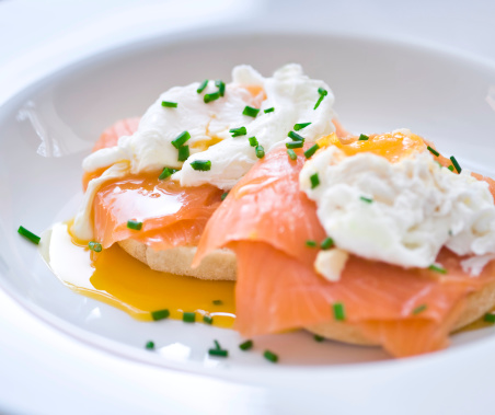 Eggs Benedict「Eggs benedict with salmon and chives」:スマホ壁紙(12)