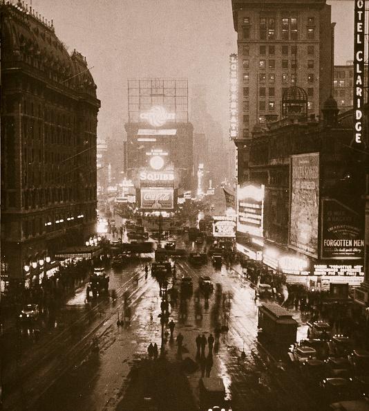 風景(季節別)「Winter Evening On Times Square And Broadway New York USA Early 1930s」:写真・画像(1)[壁紙.com]