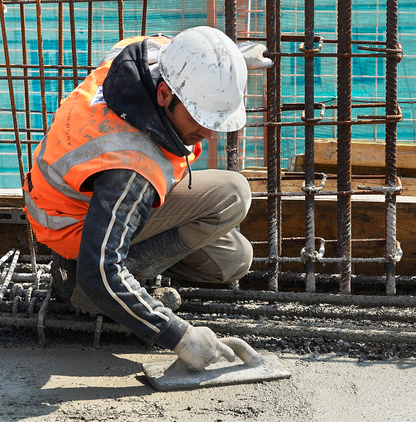 Hardhat「Concrete flooring being levelled off, construction site in High Wycombe, UK」:写真・画像(4)[壁紙.com]