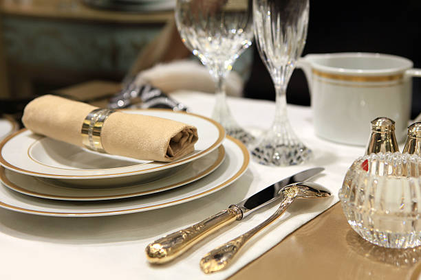 A table setting of fine china and crystal with beige linens:スマホ壁紙(壁紙.com)