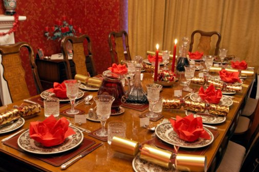 Christmas Cracker「Table setting with candles and Christmas crackers」:スマホ壁紙(10)
