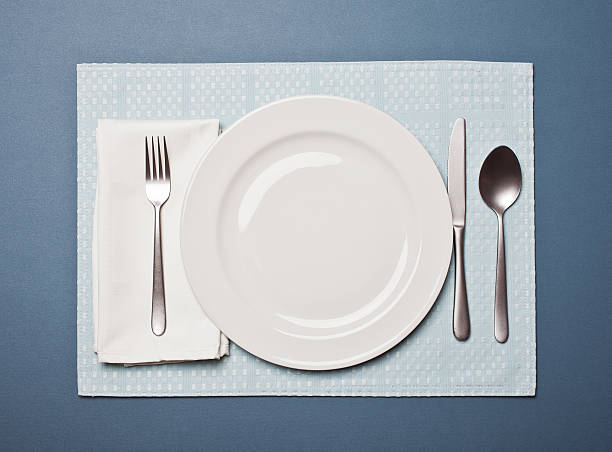 Table setting with an empty plate:スマホ壁紙(壁紙.com)