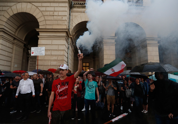 Hungarian Parliament Building「Protesters Demonstrate Against New Hungarian Government」:写真・画像(15)[壁紙.com]
