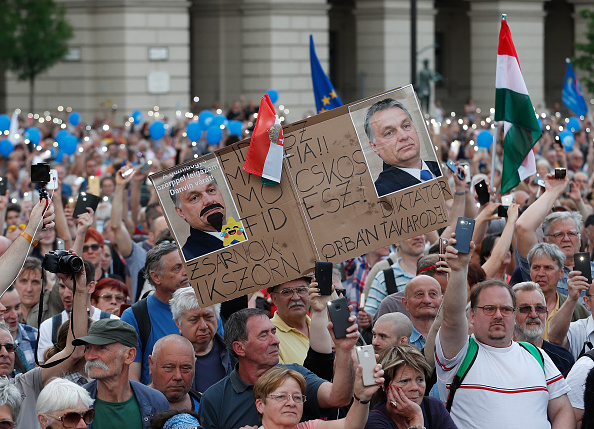 Hungarian Parliament Building「Protesters Demonstrate Against New Hungarian Government」:写真・画像(11)[壁紙.com]