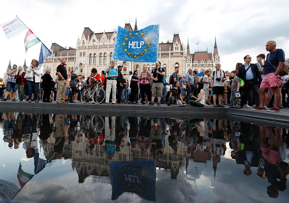 Hungarian Parliament Building「Protesters Demonstrate Against New Hungarian Parliament」:写真・画像(4)[壁紙.com]