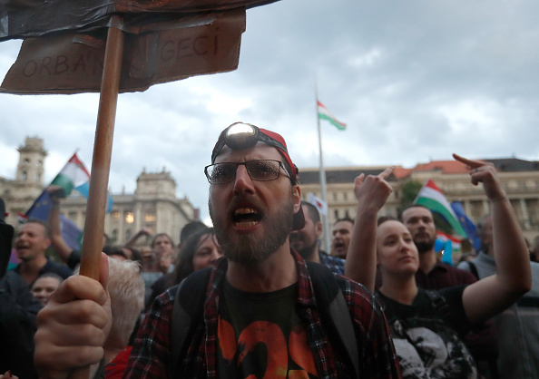 Hungarian Parliament Building「Protesters Demonstrate Against New Hungarian Government」:写真・画像(16)[壁紙.com]