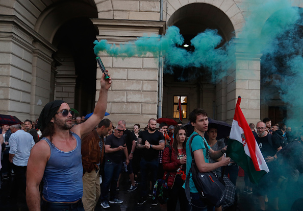 Hungarian Parliament Building「Protesters Demonstrate Against New Hungarian Government」:写真・画像(17)[壁紙.com]