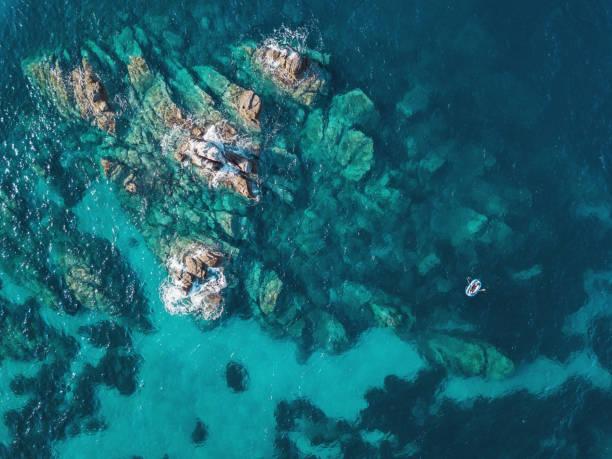 孤独なボート近くの珊瑚礁:スマホ壁紙(壁紙.com)