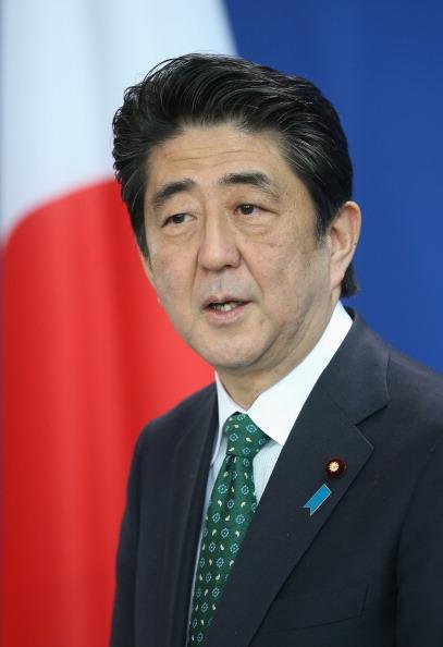 縦位置「Japanese Prime Minister Abe Visits Berlin」:写真・画像(11)[壁紙.com]