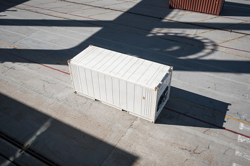 Ship「White container at container port」:スマホ壁紙(4)