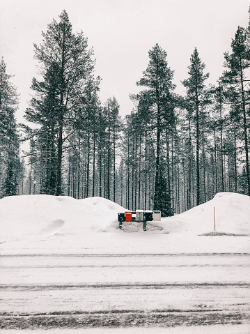 Finnish Lapland「Finland, Lapland, heavy snowfall and mailboxes at the roadside」:スマホ壁紙(12)